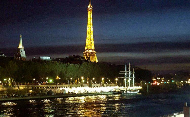 Tentes pliantes V3 au pieds de la Tour Eiffel