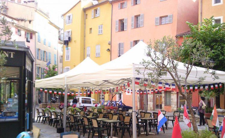 tonnelle pliante V2 sur une terrasse de restaurant