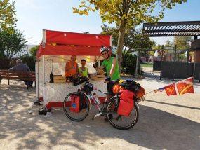 Benjamin de Deux roues libres fait une pause devant un mini vitabri sur le marché de Valence