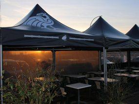 tentes pliantes V5 sur une terrasse de bar