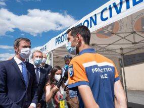 Olivier Véran devant les tentes pliantes V3 PRO de la protection civile